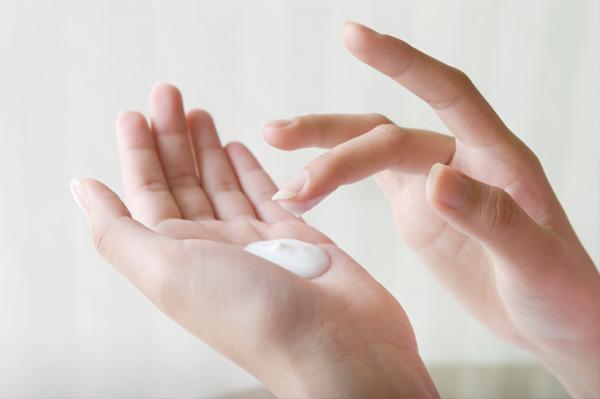 woman-applying-hand-lotion